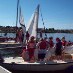 Die Boote werden für den Segelkurs aufgetakelt