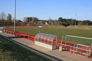 Fußballplatz mit Kunstrasen, Leichtathletikanlage mit Tartanbahn